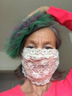 Clownin Marie in Zeiten von Corona mit Mundschutz aus Spitze.
